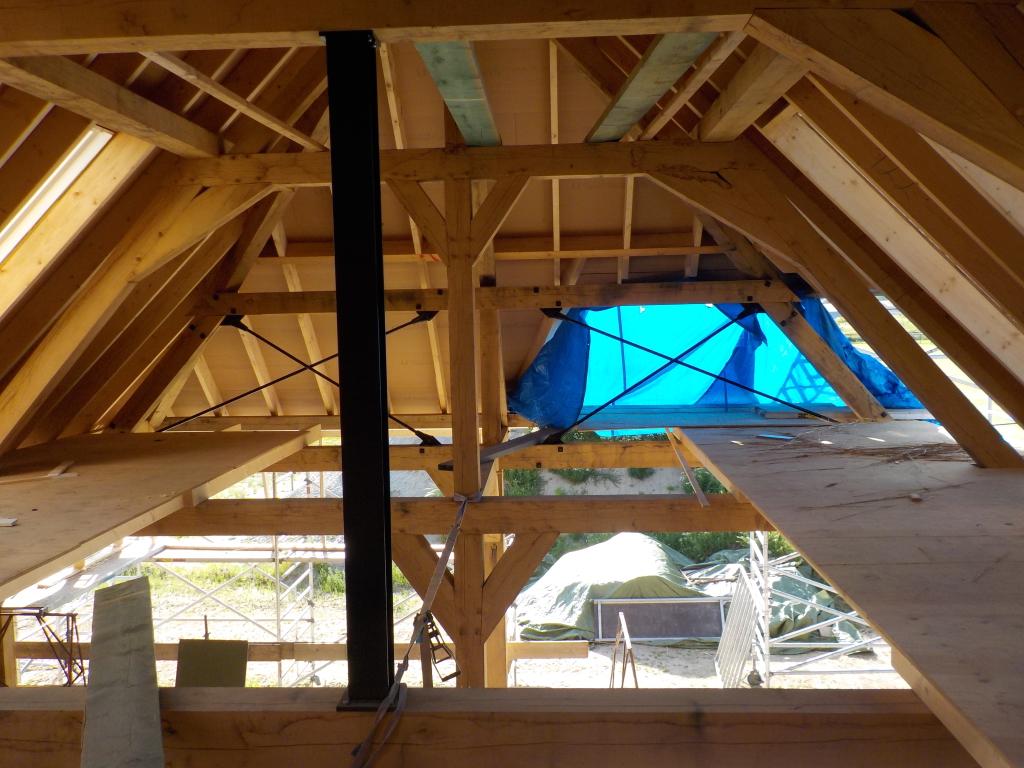 Eikenhouten gebinten dakconstructie boerderij met portaal constructie
