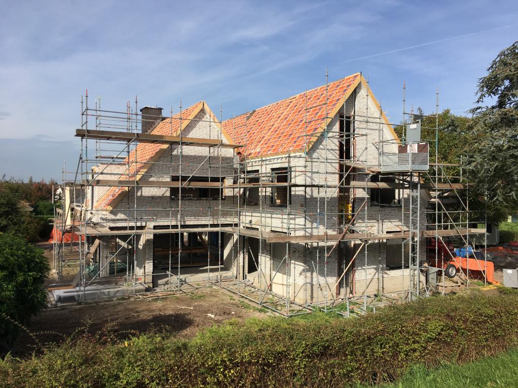 Dakplaten aangebracht bouw woning megawoning in steigers moderne woning dubbel hellend dak
