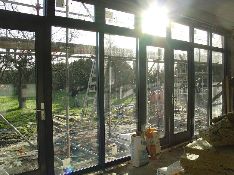 Glazen gevel met tuindeuren, zicht in tuin door architect te 's-Hertogenbosch