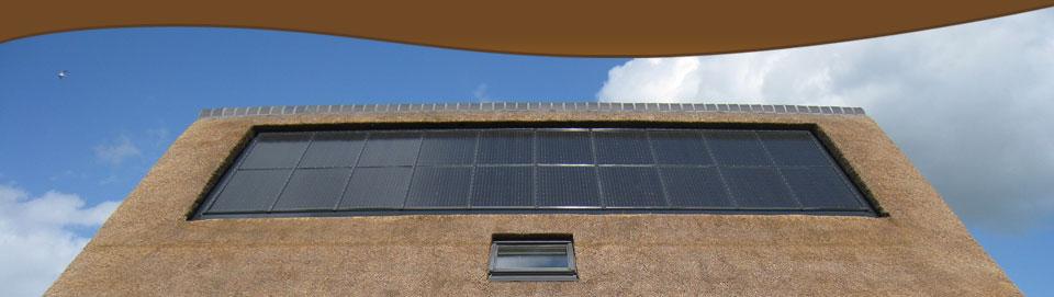 zonnepaneel in rieten dak