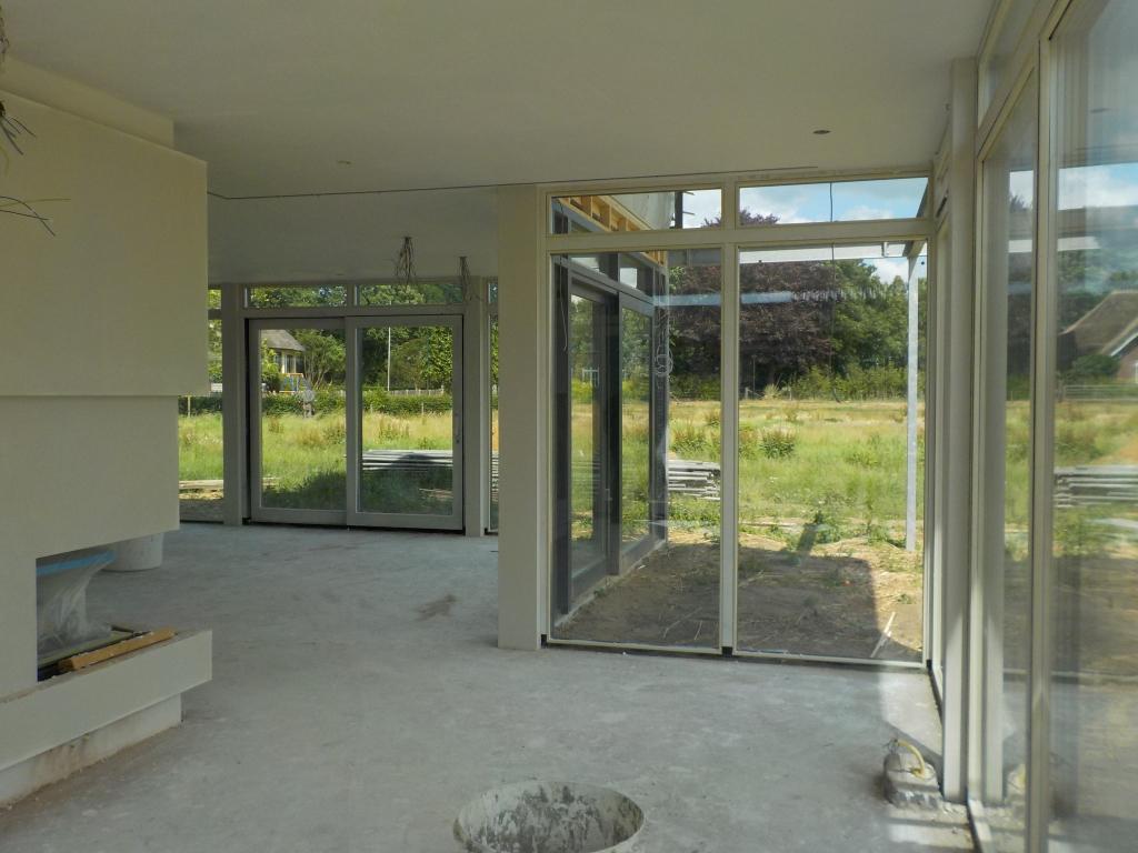 Villa rondom glas en veel licht met maximaal-zicht.