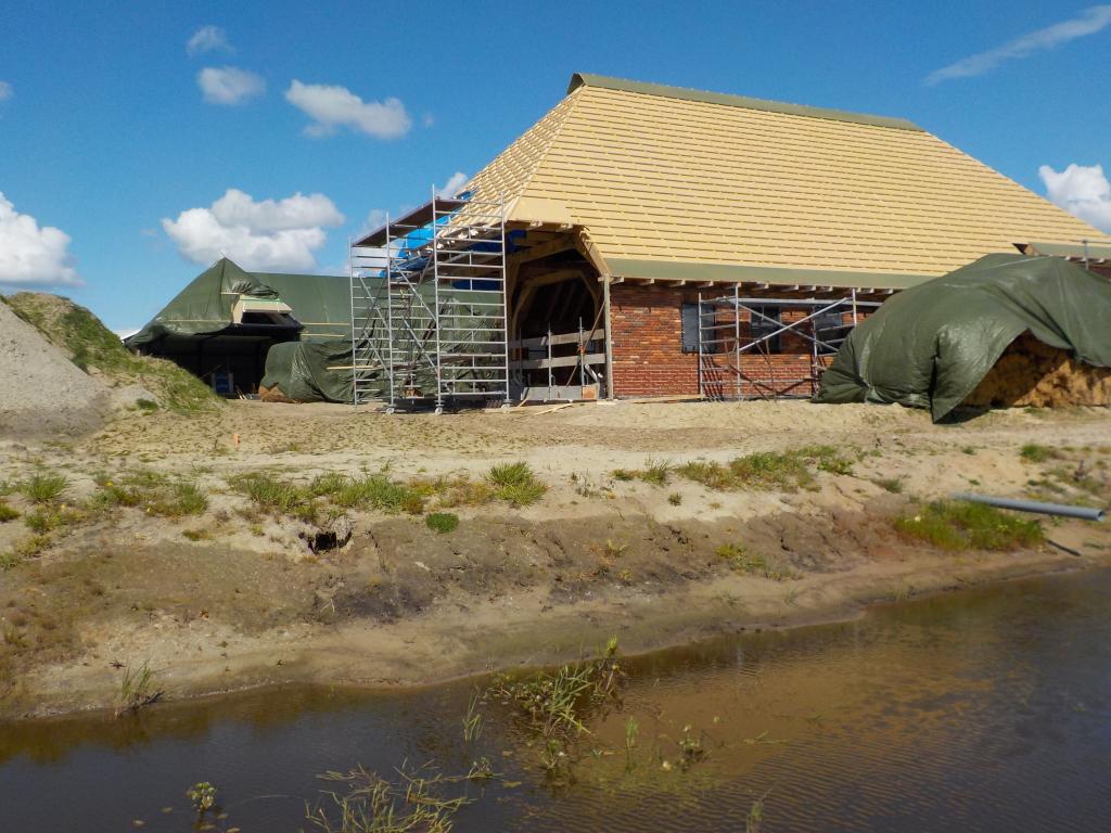 Woonboerderij kap geplaatst klaar voor riet langs de Modderbeek