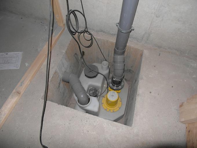 Betonnen pompput in kelder voorzien van gesloten riool afvoer pomp op drukleiding