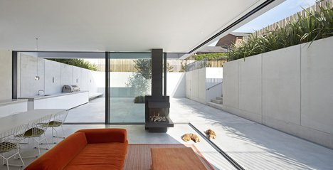 Souterrain/ patio/ kelder: The Garden House by De Matos Ryan