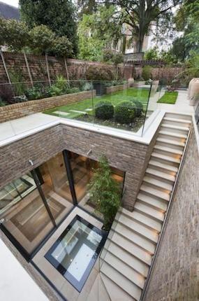 Kelder voorzien van patio buitenruimte en trap als ontsluiting naar maaiveld.