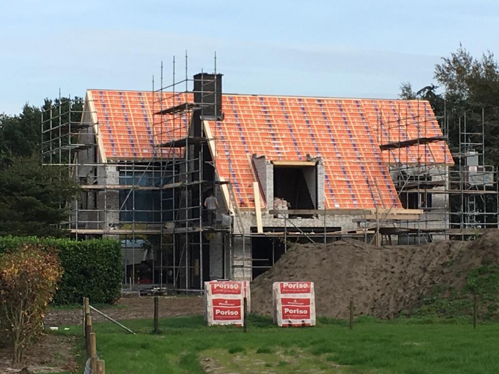 Metselwerk dakkapel als gemetseld portaal geeft een beeld van de woonvilla in aanbouw en van het bouwproces