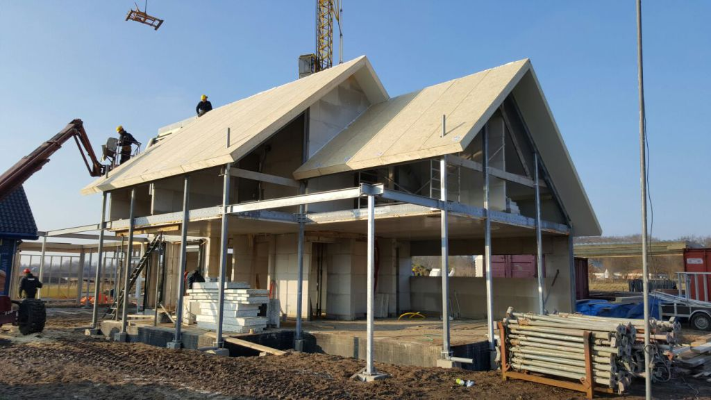 Staalconstructie open plattegrond en gevel met prefab breedplaatvloeren en prefab dakplaten gemonteerd