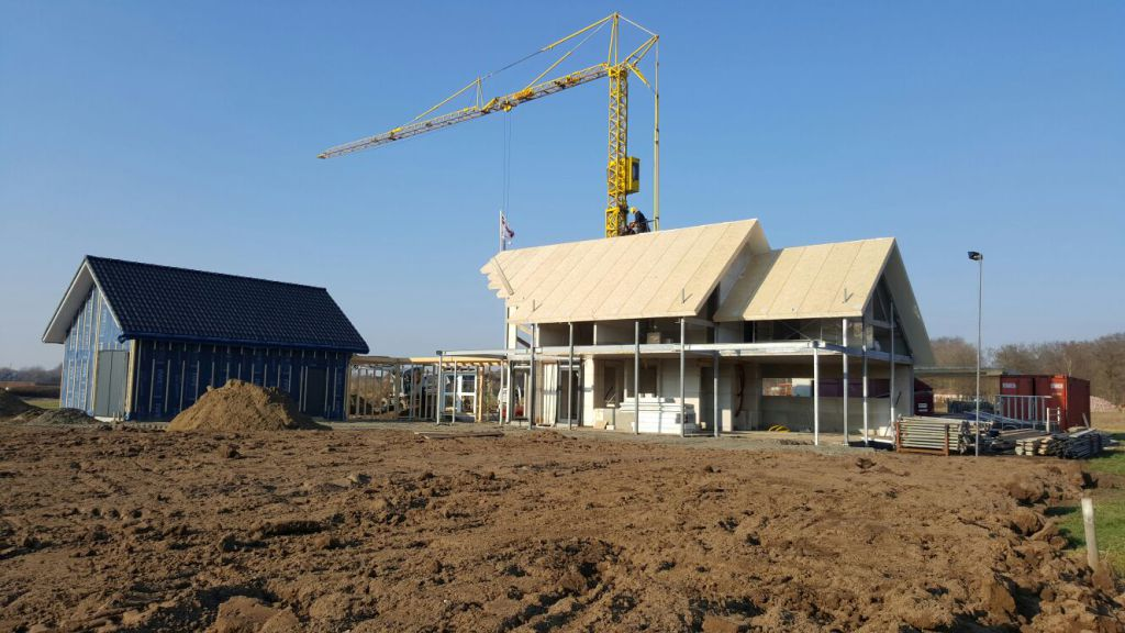Woning met schuur in aanbouw dakplaten aangebracht