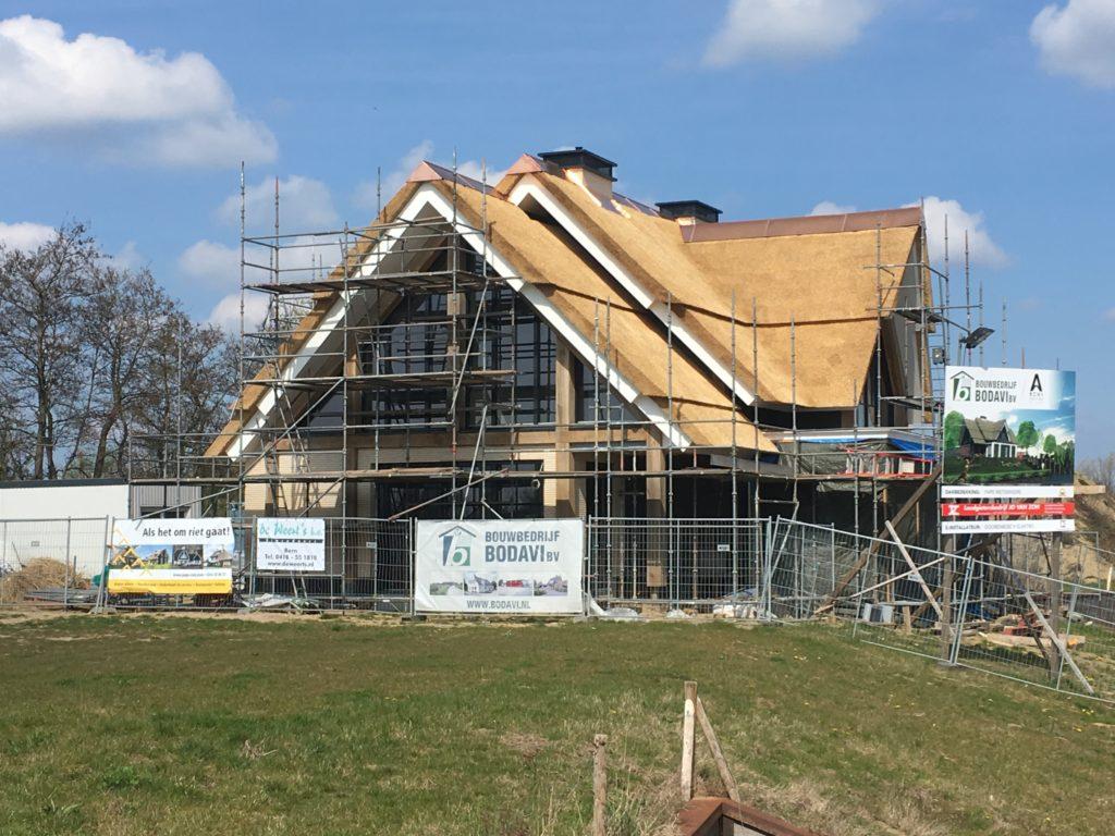 Architect landelijke villa Woonvilla rieten dak getrapt eikenhout glaspui